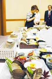 試食会で披露されたホッキ貝の新メニュー(室蘭民報)