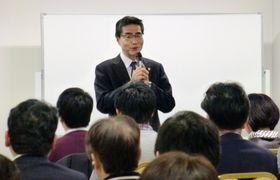 自身が主宰する「輝照塾」で、あいさつする若狭勝元衆院議員=17日午後、東京都内