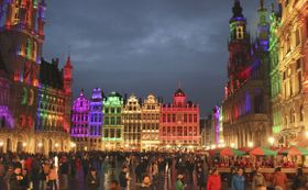 17日、虹色にライトアップされたベルギー・ブリュッセルの広場「グランプラス」(共同)