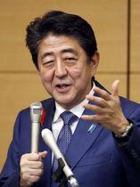 共同通信加盟社編集局長会議で講演する安倍首相=12日午後、東京・東新橋