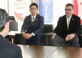 加藤市長(手前)に来季以降の信州への支援を要請した大河チェアマン(右)