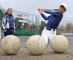 新たな軟式球への変更に向け、打撃練習に励む星稜中の選手=金沢市内