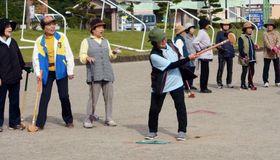グラウンドゴルフを楽しむ町シルバー人材センター「女子会」の会員ら=さつま町の宮之城総合運動公園