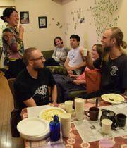 ゲストハウスの従業員と談笑する外国人宿泊客ら(京都市下京区・ハナホステル京都)