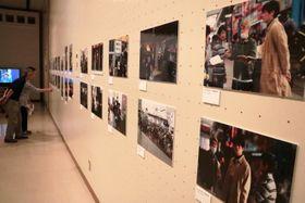 映画「こはく」のロケ写真や小道具を集めた展覧会=佐世保市、島瀬美術センター