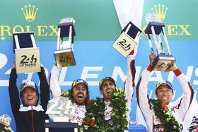 自動車耐久レースの第86回ルマン24時間で初優勝し、表彰式で喜ぶ中嶋一貴(右端)とトヨタ8号車のドライバーら=17日、フランス西部ルマン(ゲッティ=共同)