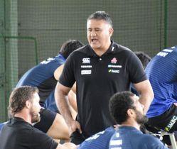 ラグビー日本代表の候補選手による合宿で選手と話すジョセフ・ヘッドコーチ=24日、和歌山県上富田町