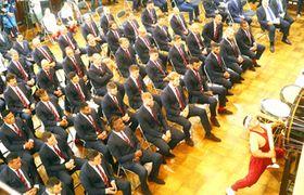ウエルカムセレモニーで、和太鼓で歓迎されるイングランド代表の選手たち=16日午後7時半ごろ、宮崎県庁講堂