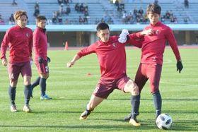 ボール回しで競り合う山本(右)と植田=KIRISHIMAハイビスカス陸上競技場
