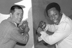 1974年11月、バッティングのポーズをとるハンク・アーロン選手(右)と巨人の王貞治選手=東京都内のホテル