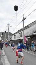 伝統の投げ奴を披露する若衆=東かがわ市引田、讃州井筒屋敷前