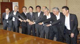 福岡空港の民営化に向け、優先交渉先として選ばれ福岡県の小川洋知事(中央)を表敬訪問した「地元連合」=17日午前、福岡県庁
