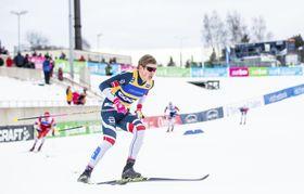 ノルディックスキーW杯距離、男子スプリント・クラシカルで滑走するヨハンネスヘスフロト・クレボ=19日、オテパー(AP=共同)