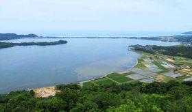 サイクリングしながら景色が楽しめる久美浜湾(京都府京丹後市久美浜町・兜山頂上の展望台から)