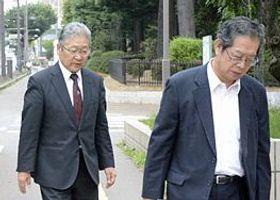 弁護人と共に青森地裁に入る澤田被告(左)=22日、青森市長島1丁目