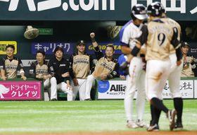 9回、宇佐見が押し出し四球を選び、代走中島(9)が生還。勝ち越しを喜ぶ日本ハムナイン=ヤフオクドーム