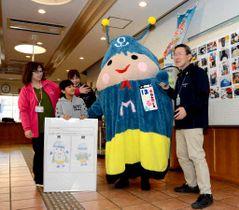 ほたるんを紹介する平〓館長(右端)と江澤さん(左から2人目)