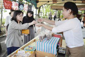 人気のみたらし団子を買い求める来客(19日午後、高知市の山内神社)