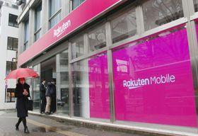 携帯電話端末の販売などの顧客対応をする楽天の店舗=東京都渋谷区