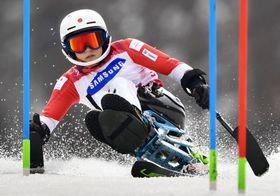 平昌冬季パラリンピックのアルペンスキー女子回転座位で銀メダルを獲得した村岡桃佳。冬季の日本選手で史上最多となる1大会5個のメダルを手にした=18日、韓国・平昌(共同)