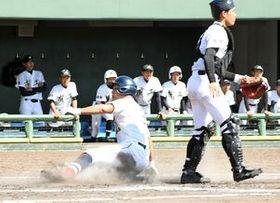 準々決勝・白石―有田工 5回表白石1死三塁、三塁打で出塁し、2番嬉野の犠飛で生還した1番本山=佐賀市のみどりの森県営球場