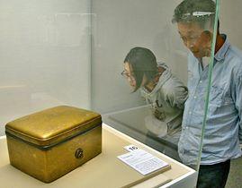 新たに展示された国宝「片輪車螺鈿手箱」に見入る来場者=松江市袖師町、島根県立美術館