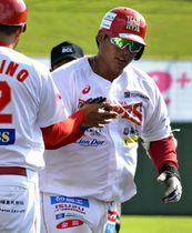【福島―新潟】8回1死、右翼席に飛び込むソロ本塁打を放ち三塁を回る赤松(右)=ヨーク開成山スタジアム