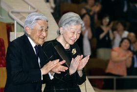 ベトナム国立交響楽団の公演を鑑賞するため、会場に到着された天皇、皇后両陛下=20日午後、東京都港区のサントリーホール(代表撮影)