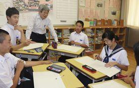 台本作りで生徒たちにアドバイスを送る平田さん(左から3人目)=小豆島町片城、小豆島中