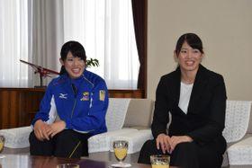 種市一正市長を訪問した大野果歩さん(左)、果奈さん姉妹