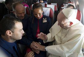 18日、南米チリを訪問中、移動中の機内で添乗員カップルの結婚式を執り行うローマ法王フランシスコ(右)(AP=共同)