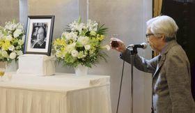 橋本忍さんのお別れの会で献杯する山田洋次監督=13日、東京都千代田区