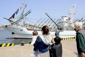 サンマ漁のため、北海道根室市の花咲港を出港する大型船=16日午前