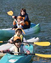 パドルを操り川内川でカヌーを楽しむ園児たち=伊佐市菱刈カヌー競技場