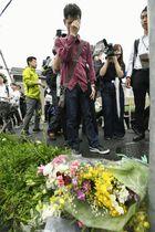 「京都アニメーション」のスタジオ付近で犠牲者を悼む男性=19日午前10時31分、京都市伏見区