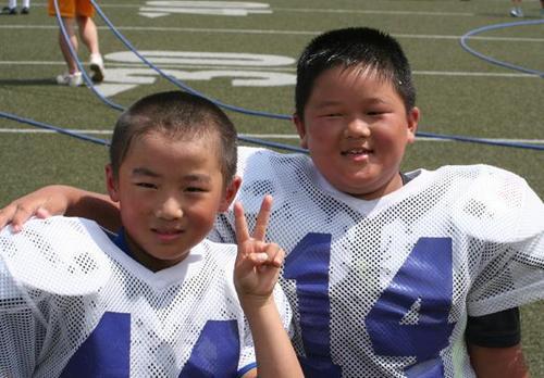 ジュニアピーウィー(小学校低学年チーム)の小段天響君(左)と吉田一史君=写真提供:OSAKAマーヴィーズ