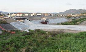 堤防の復旧工事が完了する小田川の決壊箇所=倉敷市真備町箭田