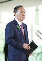 首相官邸で記者の質問に答える菅首相=19日午前