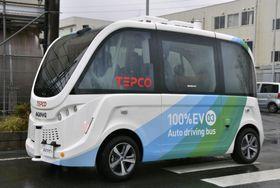 東京電力福島第1原発構内を走る自動運転のEVバス=18日午後