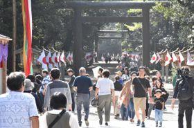 即位礼に合わせて祭祀が行われた宮崎神宮に訪れた参拝客ら=22日午前、宮崎市