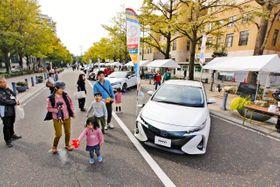 日本大通りに並べられたメーカー各社の「エコカー」=8日午前、横浜市中区