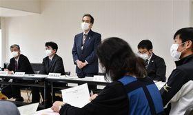 実行委員会の会合であいさつする委員長の山田雅文・県福祉保健部長(左から3人目)