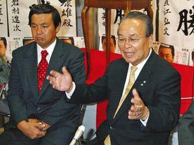 自民党県連会長時代の倉知さん(右)=2004年7月、名古屋市で