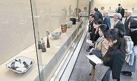 会場に並んだ入賞作に見入る来場者=金沢市の石川県立美術館