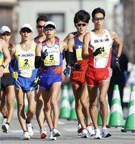 男子50キロ レース序盤で競り合う、(前列左から)藤沢勇(2)、小林快(5)、荒井広宙(4)ら=石川県輪島市