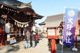 参拝に訪れた嵐のファン=28日、鴻巣市大間の大野神社