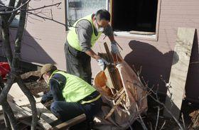 地震で被災した住宅で片付けを手伝うボランティア=23日午後、北海道厚真町