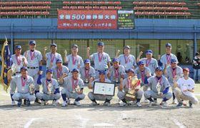 「第3回全国500歳野球大会」で初優勝を飾った「I.O.F.C」=15日午後、秋田県大仙市