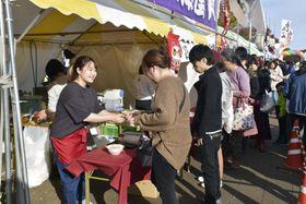 にぎわう「全国ご当地うどんサミット」の会場=17日午後、埼玉県熊谷市