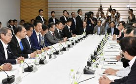首相官邸で開かれた知的財産戦略本部の会合=3日午前